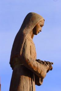 Bronzestatue einer Nonne.